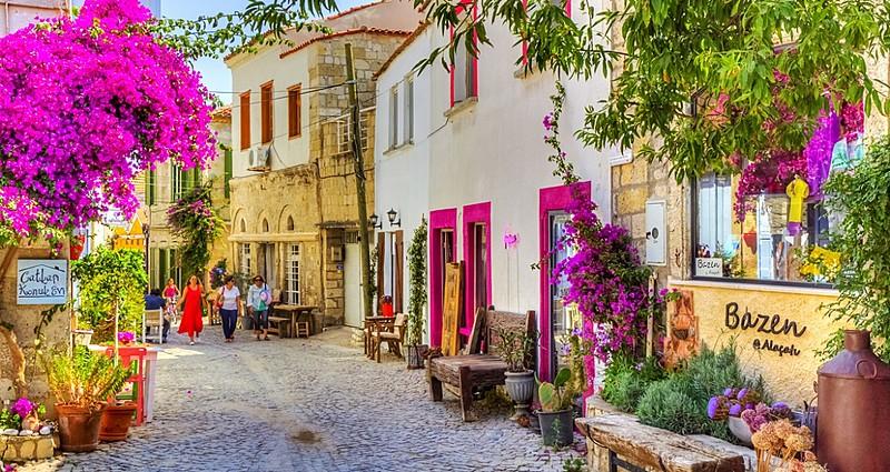 Rengarenk Sokaklarıyla Tatilin Adresi Alaçatı